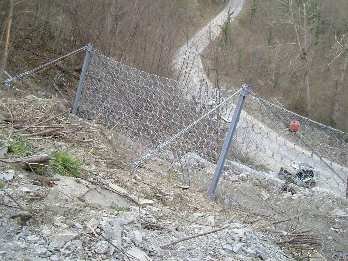 Illustration de l'ancrage d'un filet anti-éboulements avec le système d'ancrage au sol
