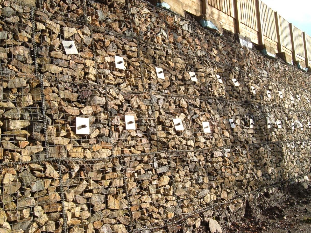 Illustration de l'ancrage d'un mur en gabions avec le système d'ancrage au sol Platipus