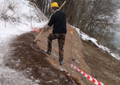 Travaux d'ancrage d'une conduite souterraine en forêt avec le système d'ancrage Platipus