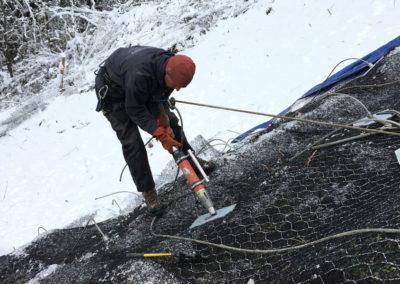 Travaux d'ancrage d'un caisson en bois ayant pour but de stabiliser le talus