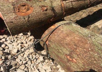 Travaux d'ancrage d'un petit caisson en bois à Mervelier