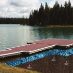 Illustration de l'ancrage d'un ponton flottant avec le système d'ancrage au sol Platipus