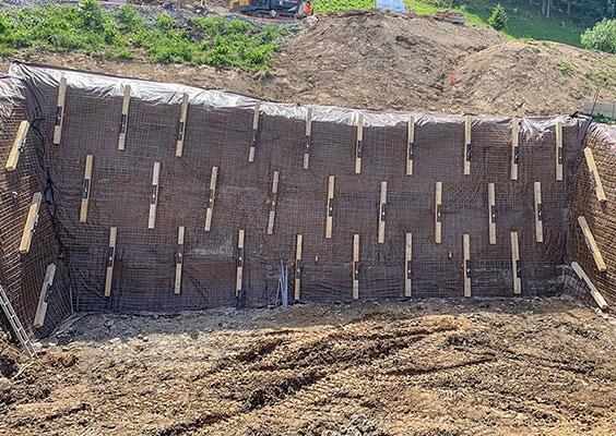 PAROI ANCRÉE POUR LA CONSTRUCTION D'UN CHALET