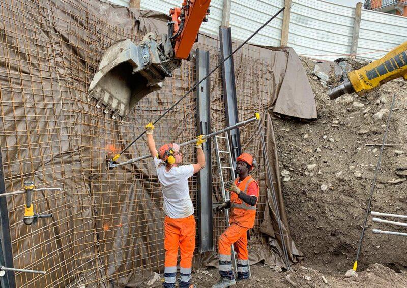 Travaux de blindage d'une fouille d'excavation en bordure de route