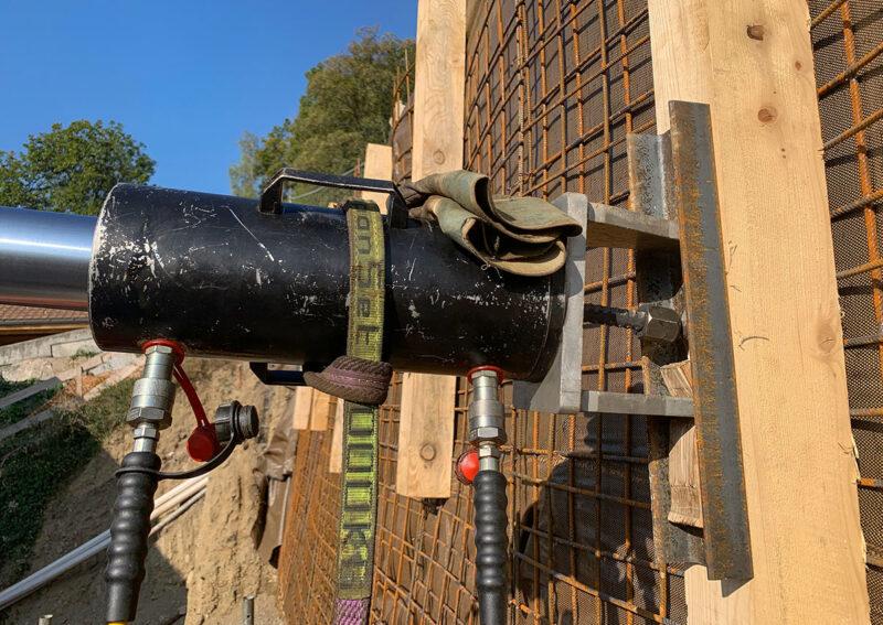 Travaux de blindage d'une paroi d'excavation avec le système d'ancrage d'Anteq SA